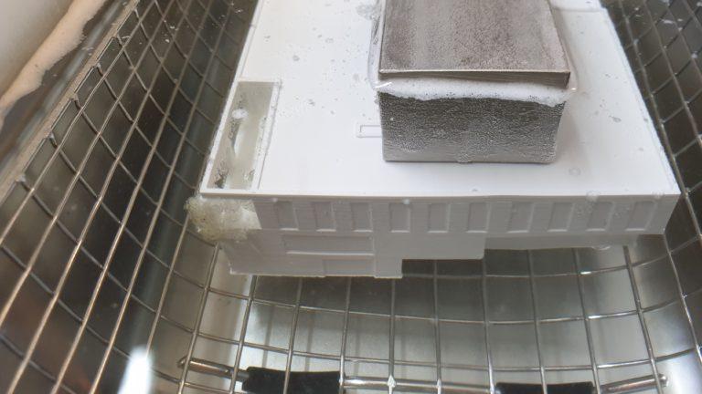 3D gedruckter Baukörper im Ultraschall- Wasserbad zum Entfernen der Stützstruktur