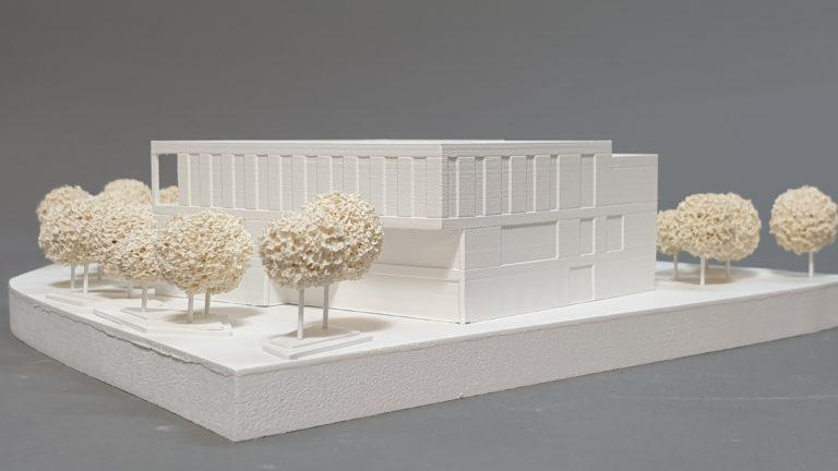 kleines Wettbewerbsmodell: Baukörper mit Fassaden und Überhang
